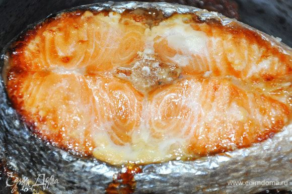 Запечь семгу в фольге около 25 минут. Духовку предварительно нагреть до 200°C. После остывания разделить семгу на кусочки.
