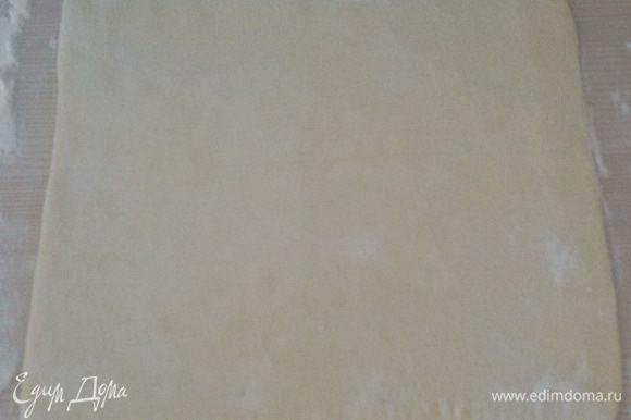 Раскатать прямоугольный пласт теста толщиной 3-5 мм.