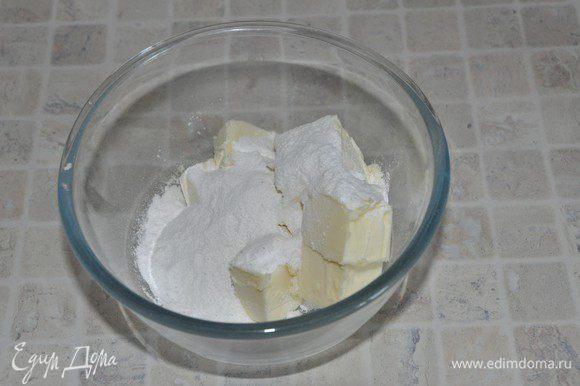 Взбить сливочное масло с сахарной пудрой (у автора 80 грамм, я убавила до 50). Сладость крема регулируйте по собственным предпочтениям и исходя из солёности сыра, добавить ванильную эссенцию. Частями добавить охлажденный сырно-шоколадный крем и взбить до густоты.