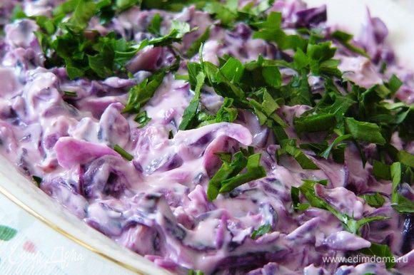 И вот уже на столе отличный зимний салатик. Благодаря тому, что капусту мы немного притушили, он не требует трудоемкого разжевывания. Чеснок с лимоном придает приятную пикантность. Радуйте себя!