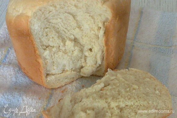 Как только остыл, можно разрезать. Мякиш получился мягкий, легкий и так вкусно пахнет теплым хлебом. Корочка хрустящая!!!