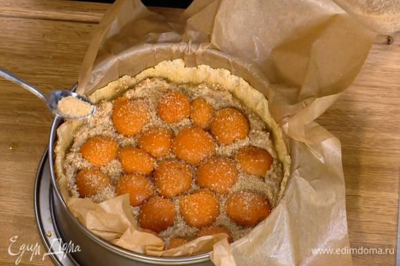 Посыпать абрикосы оставшимся сахаром и выпекать тарт в разогретой духовке 30 минут.
