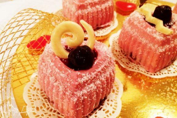 """Украшаем пирожные: Из-за отсутствия велюра, которым нужно было покрыть пирожные, пришлось выкручиваться. Я воспользовалась кокосовой стружкой, чтобы создать эффект """"замороженного пирожного"""" и украсила вишней из варенья и завитками из белого шоколада. Как получилось, судите сами."""