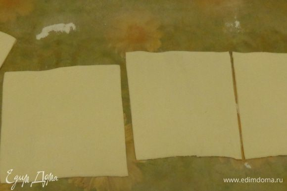Тесто раскатать и разрезать на 10 частей.
