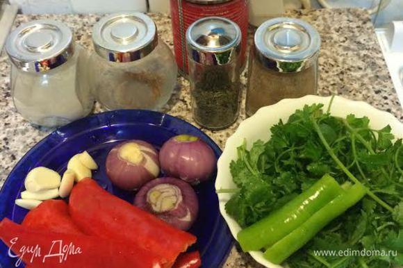 Лук потушить на растительном масле, добавить томат, перемешать.