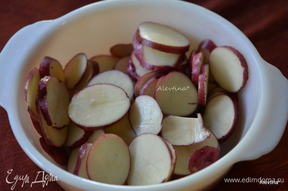 Картофель нарезать тонко пластинками.