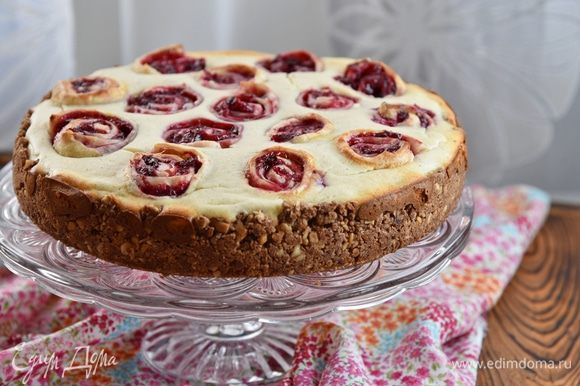 Ножом пройтись вдоль стенок формы, раскрыть форму и переложить пирог на блюдо.