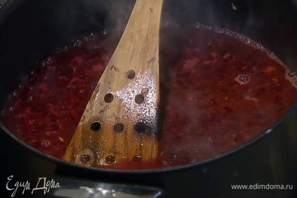 Приготовить рис: разогреть в сковороде оливковое и сливочное масло и обжарить шалот с чесноком. Когда лук станет прозрачным, всыпать в сковороду рис и, помешивая, обжаривать около минуты, затем добавить вино и на сильном огне дать алкоголю выпариться. Влить через сито немного рыбного бульона и готовить рис на медленном огне до готовности, доливая бульон по мере выкипания.