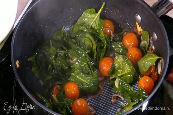 Когда лук и чеснок станут золотистыми, добавить в сковороду чили, помидоры и шпинат, перемешать, накрыть крышкой и дать шпинату привять.