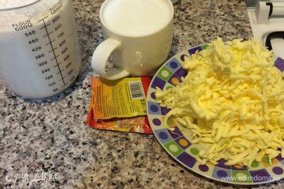 Масло натереть на крупной терке. Я кладу масло в морозилку на час, так его легче натереть. Молоко подогреть.