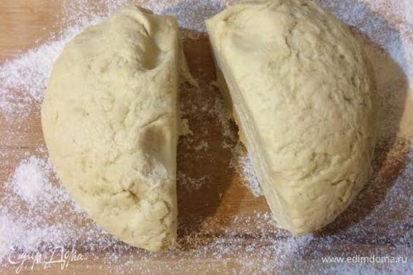 За 1-2 часа до готовки тесто нужно достать из холодильника. Разделить на 2 равные части. Раскатать каждую часть.