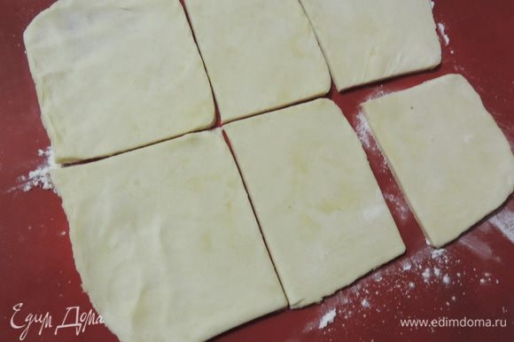 Тесто раскатываем на щедро посыпанной мукой поверхности, само тесто тоже припудриваем мукой, чтобы оно не липло к скалке. Для того, чтоб получился эффект слоености не нужно раскатывать тесто очень тонко, 3-4 мм будет в самый раз. Я разделила тесто на 3 части и раскатывала их по одной, каждую деля на 6 квадратов.