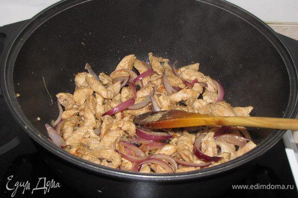 Разогреть в воке или сотейнике растительное масло и слегка обжарить кусочки курицы. Намного подсолить и всыпать имбирь. Добавить лук, чеснок и острый перец. Жарить минуты две на среднем огне, постоянно помешивая.