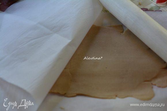 Шар можно поделить на 2 части. Скатать один через бумагу для выпечки не тонко, если не используем бумагу, то припылить поверхность и скалку мукой.