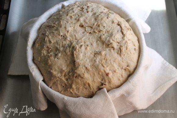 Сформировать хлеб, и поместить в корзину для расстойки (выложенную тканью и присыпанную мукой) швом вверх. Поместить корзину свободно в пакет и дать тесту подойти в 2 раза, около 2,5-3 часов (при нажатии пальцем хорошо расстроенное тесто будет медленно подниматься вверх).