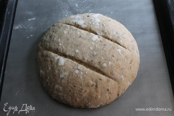 Прогреть духовку на 250-260°С. Перед посадкой в печь хлеб выложить швом вниз на пергамент, делаем пару параллельных надрезов и помещаем в разогретую духовку, ставим чашку воды. Закрываем дверцу и сразу снижаем температуру до 230°С. Через 10 минут пар выпускаем. Выпекаем хлеб еще 35-40 минут.