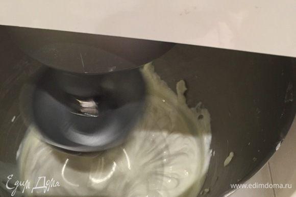Теперь крем. Вообще сюда по рецепту Ульяны должен был быть крем Дипломат (заварной крем+желатин+сливки), ароматизированный жасминовым чаем. Но у меня случилось незадача на заключительном этапе приготовления. Когда я ввела сливки, которые у меня и взбивались-то не очень хорошо, но я это сделала с упорством барана, я решила попробовать их (сливки). Так вот, они были, мягко говоря, странными — привкус какой-то... соответственно весь крем был испорчен... Но времени не было, поэтому я просто взяла то, что подходящее было у меня, а именно полторы упаковки Кварка и почти баночку сгущенки, и взбила. Желатин добавила, так сказать, для стабильности. (Замочила в воде, отжала, прогрела, добавила сначала к желатину немного крема, перемешала хорошо и потом эту часть крема хорошо перемешала с основной). Но пришлось наносить крем сразу, поэтому он вроде как будто течёт, но нет, на самом деле он так и застыл потом. И кстати, очень вкусненький такой незатейливый и сравнительно лёгкий получился крем.