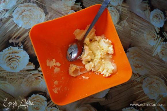 Размягченное сливочное масло смешать с медом, добавить корицу, соду, гашенную уксусом, яйца с сахаром, муку, ванилин.
