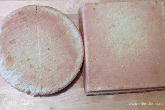 Когда бисквит готов, достаем его и даем остыть. Достаем бисквит из форм и разрезаем вдоль на равное количество коржей, у меня получилось по два. Круглый бисквит разрезаем пополам.