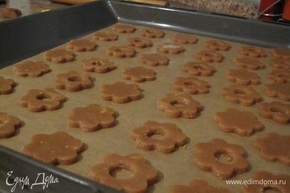 Печенье выложить на противень, застеленный пекарской бумагой. Выпекать в разогретой духовке 6-8 минут при температуре 190°C.