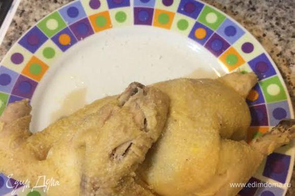 Готовую курицу достаем из бульона, посыпаем крупной солью и даем остыть.