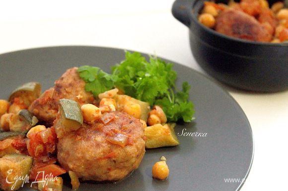 В глиняный горшочек выложить котлетки, нут, овощи и поставить в разогретую духовку на 20 минут. Подавать к столу горячими :)