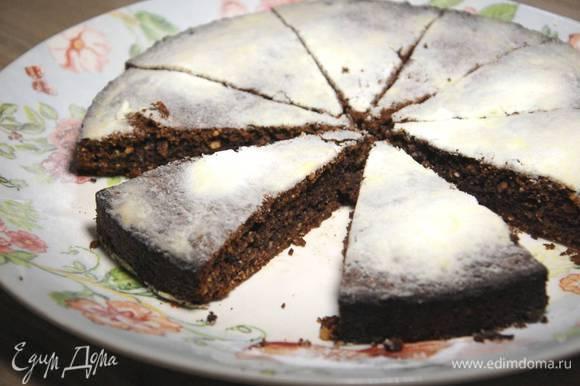 Выпекать пирог в разогретой духовке 35–45 минут.
