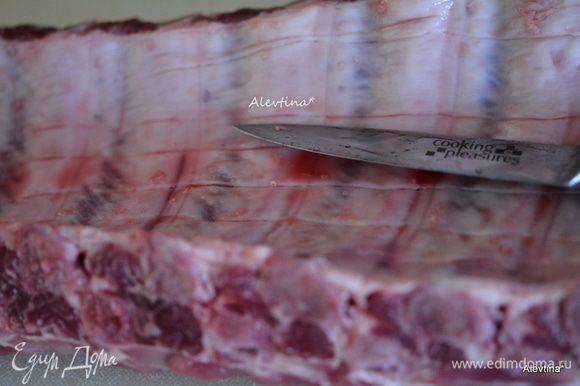 Свиные ребра помыть, пройтись острым ножом со стороны кости, так чтобы были видны разрезы как на фото.