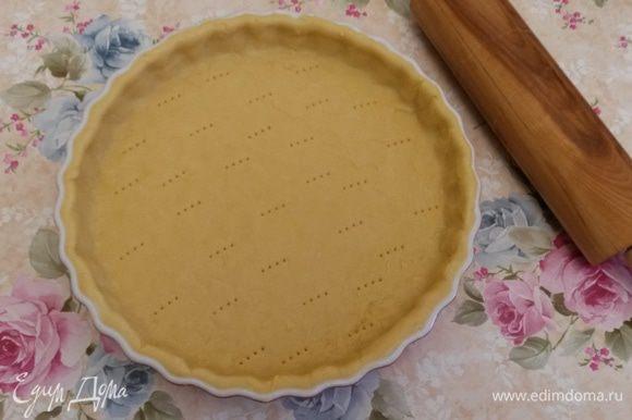 """Достаем тесто из холодильника. Раскатываем тесто в пласт толщиной 3-4 мм, выкладываем в форму, обрезая излишки. Остатки теста пустила на украшение. У меня форма 30 см в диаметре и 3 см в высоту. Накалываем тесто вилкой и выпекаем """"вслепую"""" (накрываем тесто бумагой для выпечки, сверху высыпаем бобы) 15 минут при температуре 190°С. Далее снимаем бумагу и выпекаем еще 5 минут."""