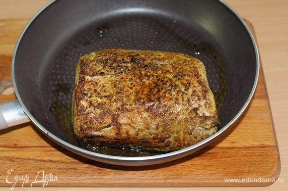 На раскаленном растительном масле быстро обжарить мясо со всех сторон до золотистого цвета.