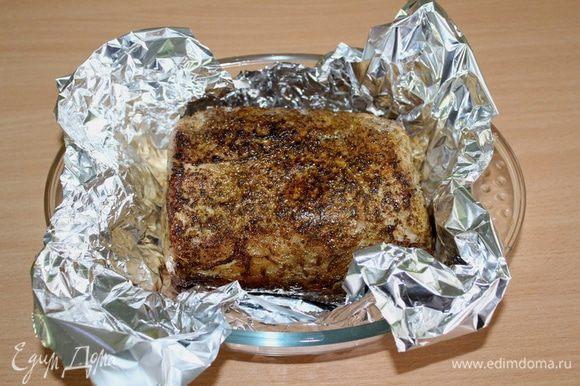Фольгу сложить в два слоя (с запасом) и выложить на нее обжаренное мясо.