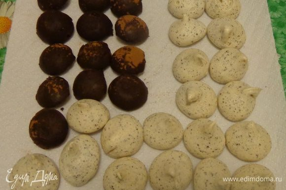 Сделать трюфели. Я пользовалась рецептом Танечки-Hilda http://www.edimdoma.ru/retsepty/64865-tryufeli. Делать их лучше заранее. Также заранее можно сделать конфетки-безе http://www.edimdoma.ru/retsepty/77712-pechenie-mimoletnyy-utrenniy-potseluy.