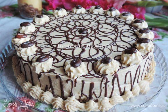 Торт обмазать оставшимся кремом, выровнять поверхность. Украсить цветочками из крема, мне крема хватило и на бордюр. Затем я растопила примерно 30 грамм черного шоколада и украсила торт шоколадными завитками и шоколадными кофейными зернами. Перед подачей торт должен пропитаться в холодильнике минимум пару часов, но чем дольше он простоит, тем вкуснее станет. У меня он стоял в холодильнике ночь.