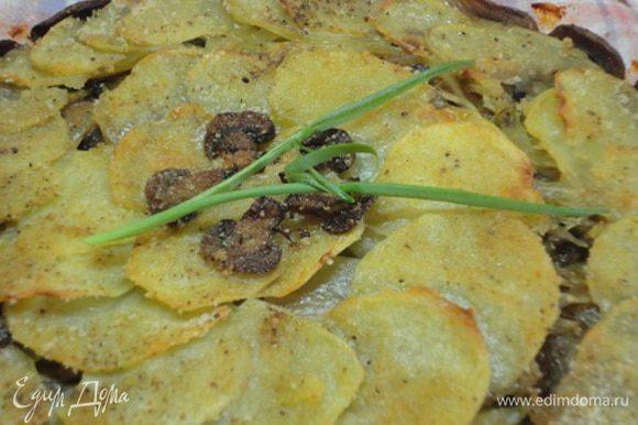 Духовку разогреть до 190-200°C. Верхний слой картофеля можно посолить и поперчить немного. Выложить кусочки сливочного масла и посыпать сухарями. Выпекать 40-45 минут. Гарнир не требуется.