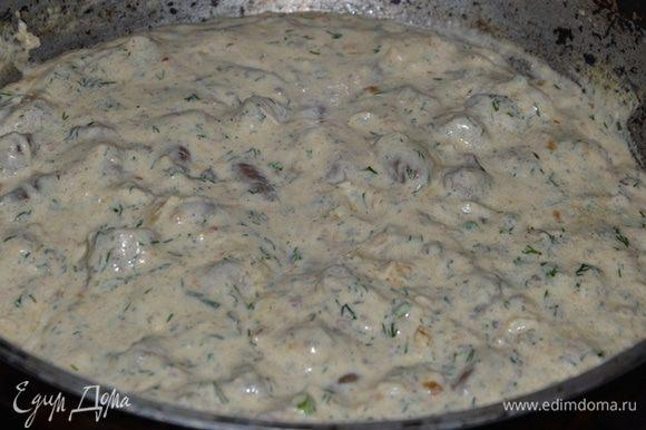 После чего добавляем в сковороду сметану и сыры. Когда соус станет однородным добавляем крахмал, чеснок, пропущенный через пресс, и рубленую зелень. Солим перчим. Доводим до кипения и выключаем.