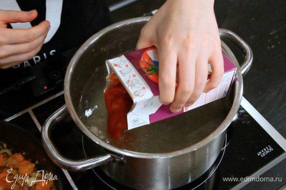 Затем в горячий бульон добавить томаты.