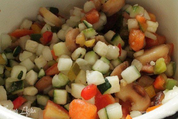 Все овощи и грибы нарезать кубиком. У меня была магазинная замороженная смесь, в состав которой входили овощи и грибы, и я к ней только добавила лук-порей. Все перемешать и обжарить на растительном масле до полного испарения жидкости, примерно 15 минут, остудить.
