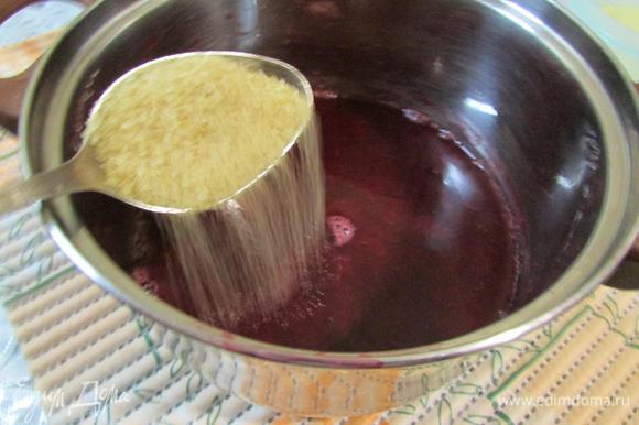 В вишневый сироп добавить сахар и снова поставить на огонь. Довести до кипения.