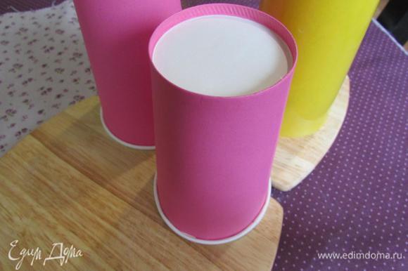 Готовый спонж в бумажных стаканчиках перевернуть и дать полностью остыть.