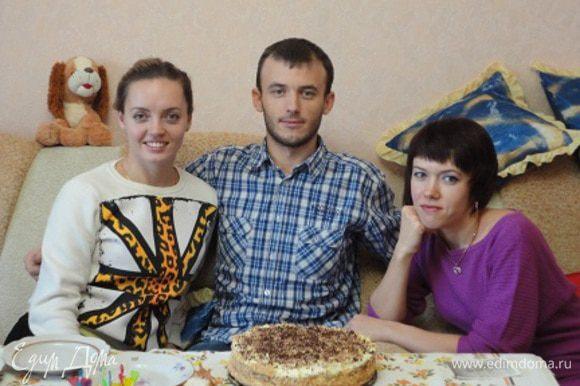 Пару лет назад им удалось собраться у этого торта (младшенький не смог подъехать) и они решили повторить фото. Теперь им всем за тридцать и у них уже детки, как они когда-то на том фото.