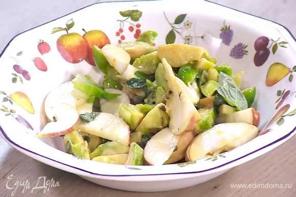 К капусте добавить яблоко, мяту, базилик и все перемешать. Выложить салат в тарелку и посыпать фундуком.