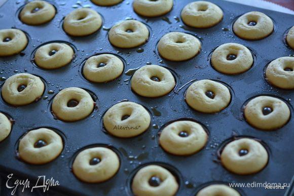 Готовые пончики достать из духовки. Дать остыть в форме, затем перевернуть.