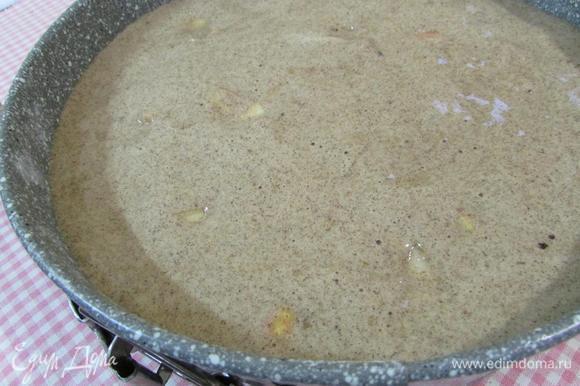 Тесто выложить в форму с яблоками. Отправить в разогретую духовку до 180-190°С. Выпекать 40 минут. Готовность проверить деревянной шпажкой. Извлечь из духовки, дать постоять 10-15 минут. Перевернуть на блюдо, освободить от формы.