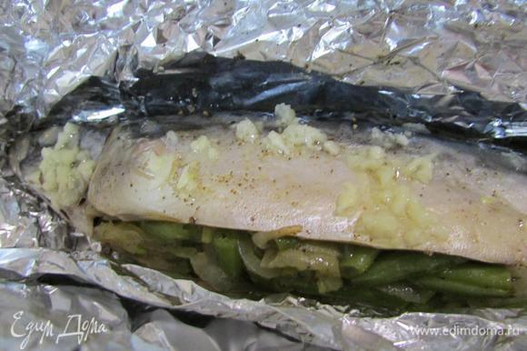 Рыбку извлечь из духовки. Фольгу открыть и полить чесночным соусом. Повысить температуру духовки до 220°C. И дать подрумяниться рыбке, минут 7, на функции гриль.