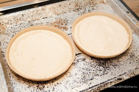 Отправляем наши коржи в разогретую до 100-110°С духовку. Сушим безе от 40 минут до 1 часа 10 минут, это зависит от плиты и толщины слоя. Готовые коржи достаем из духовки и даем остыть.