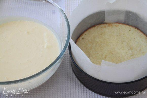 В разъёмную форму выложить корж, пропитанный имбирным сиропом, вылить половину мусса, выложить второй корж, вылить оставшийся мусс. Убрать торт в холодильник на 2-3 часа.