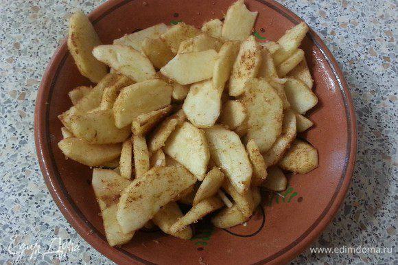 Приготовим припёк: очистим яблоки от кожуры и сердцевины, нарежем тонкими дольками и перемешаем с корицей и коричневым сахаром.