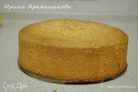 Испечь белый бисквит при 180°C около 50 минут.
