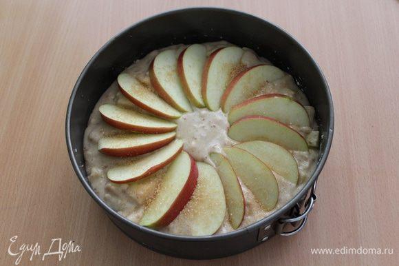 Сверху выложить дольки третьего яблока, посыпать коричневым сахаром.