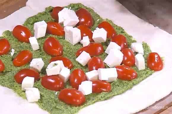 Внутренний прямоугольник смазать тонким слоем соуса песто, выложить половинки помидоров, а сверху фету.